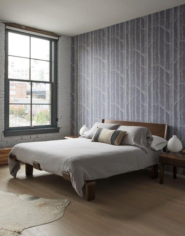 kleines schlafzimmer einrichten mit luxus holzbett und tapete mit baummuster grau_fensterrahmen streichen in grau