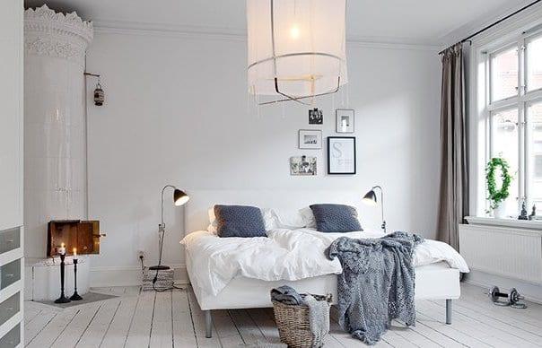 luxus schlafzimmer weiß mit quinsize bett und schwarzen stehleuchten_schlafzimmer wandgestaltung