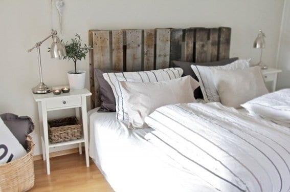 kleine schlafzimmer inspiration mit weißen nachttischen holz und kopfbrett aus europaletten