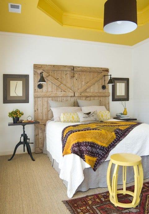 schöne schlafzimmer mit gerber decke und DIY kopfbrett_wandgestaltung schlafzimmer mit bilderrahmen grau