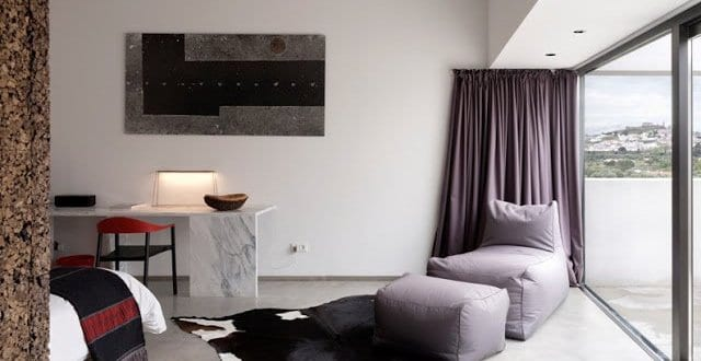 schlafzimmer inspiration mit poliertem betonboden und kuhfelteppich freshouse. Black Bedroom Furniture Sets. Home Design Ideas