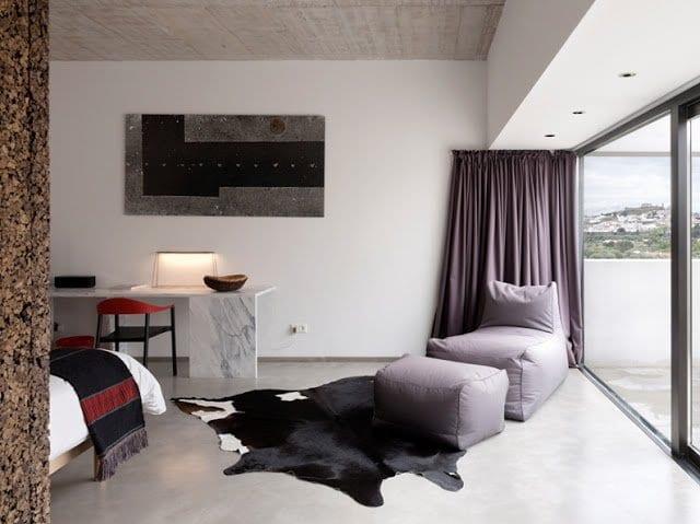 luxus schlafzimmereinrichtung polstermöbelstück und deckengestaltung mit holzverkleidung_gardinen dekorationsvorschläge