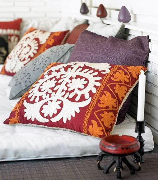 ideen schlafzimmer fürs bett dekorieren mit schicken kissen in lila und rot