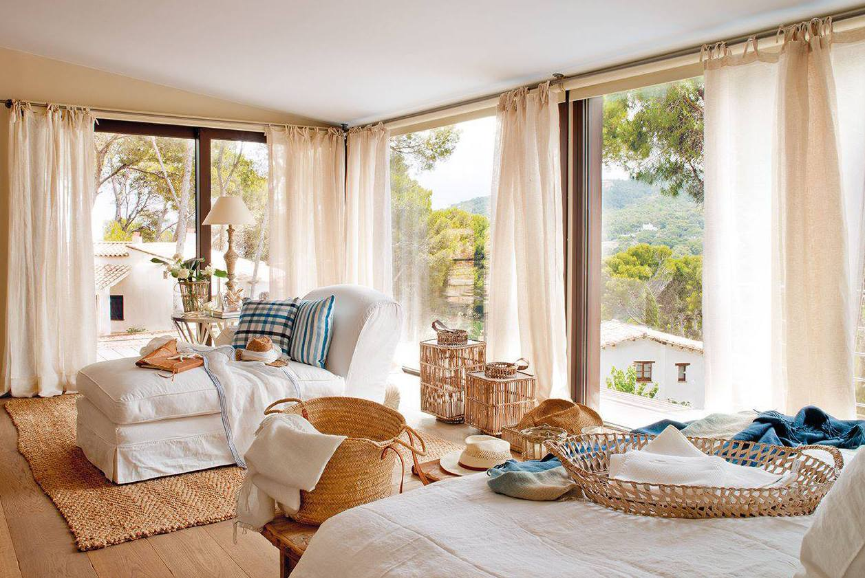 romantisches schlafzimmer mit wandfarbe beige und holzboden_weiße gardinen