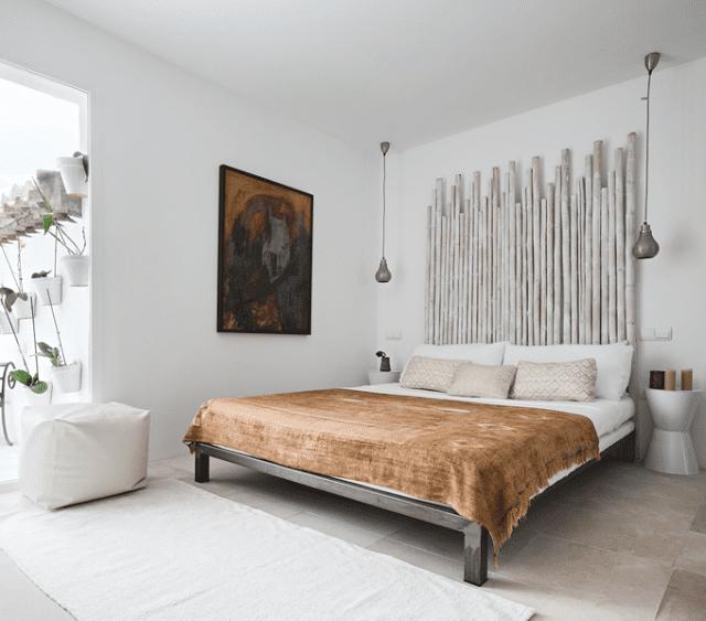kleine schlafzimmer inspiration mit DIY kopfbrett aus Rundholzer und schicke deckenleuchten schlafzimmer aus metall