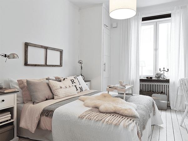bett dekorieren mit altrosa bettwäsche und bettdecke grau für romantisches schlafzimmer in weiß mit holzboden weiß