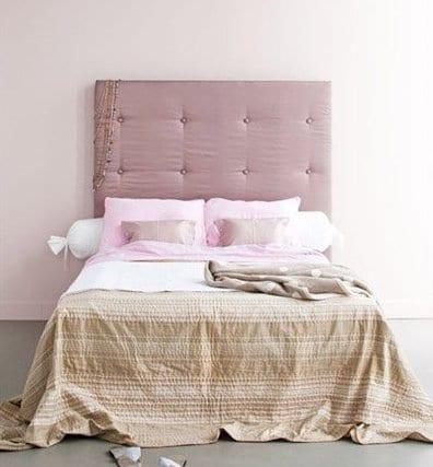 schlafzimmer inspiration mit wandfarbe altrosa und quinsizebett mit kopfbrett lila