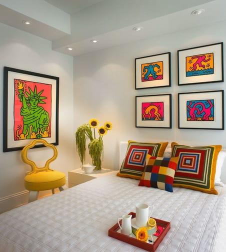 gelber stuhl und ideen für wandgestaltung im schlafzimmer-bilderrahmen dekorieren