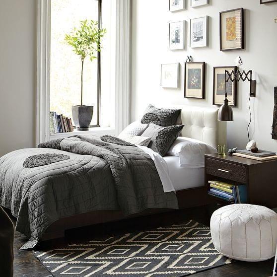 wandgestaltung schlafzimmer mit schwarzer wandleuchte  und schlafzimmer teppich schwarz weiß_fensterbank und bilderrahmen dekorieren
