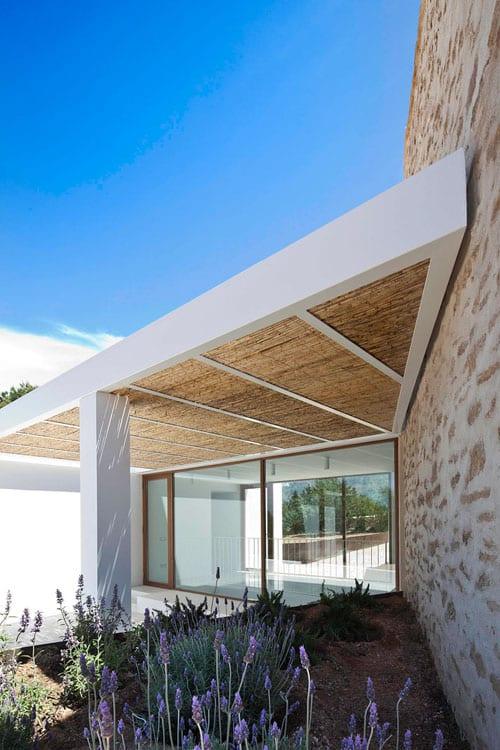 moderne terrasse ideen mit schrögüberdachung und panoramafenstern