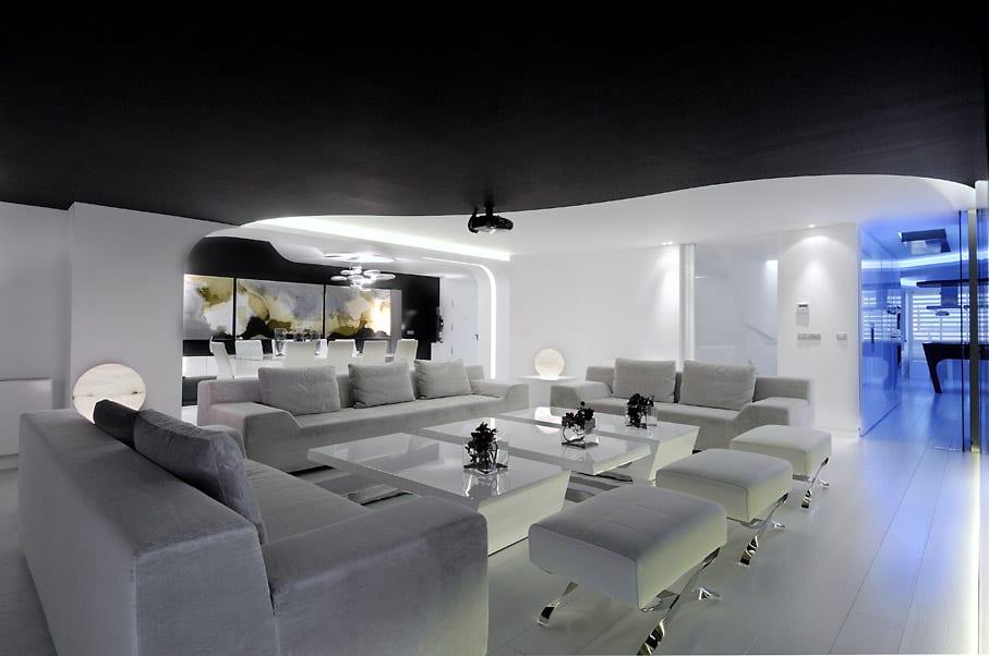 extrem elegante wohn esszimmer weiß mit schwarzer decke und weißer möblierung