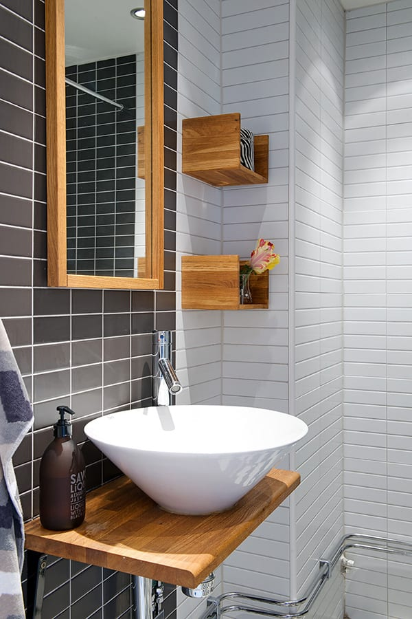 farbgestaltung kleines Badezimmers mit schwarz weißen fliesen und waschtisch und spiegel aus holz