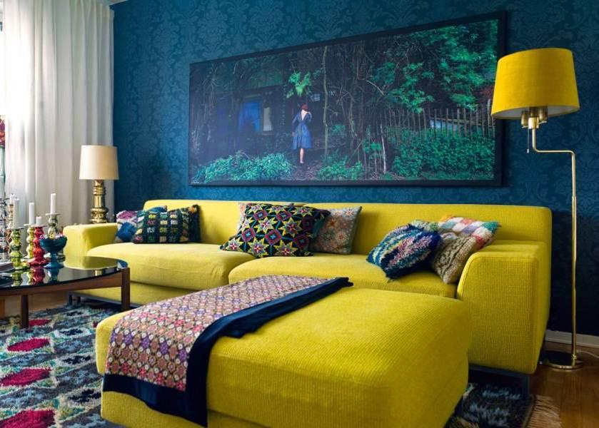 wandfarbe blau mit coolem hintergrundbild und teppichmuster in blau und violett