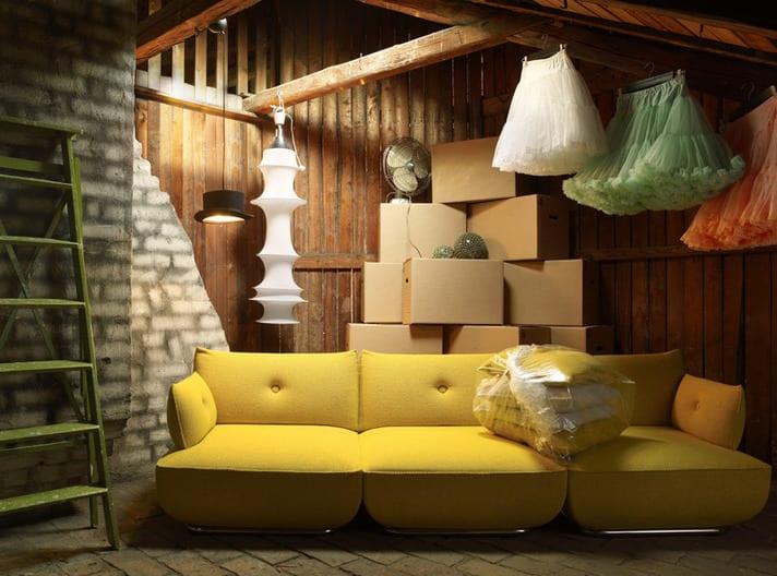 kreative zimmergestaltung mit modernem sofa gelb