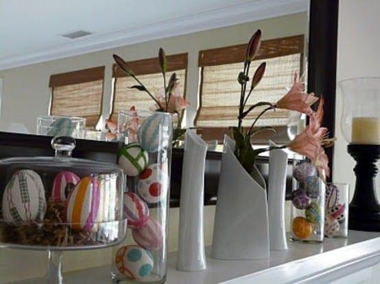 sideboard weiß dekorieren mit weißen vasen und bunten ostereiern