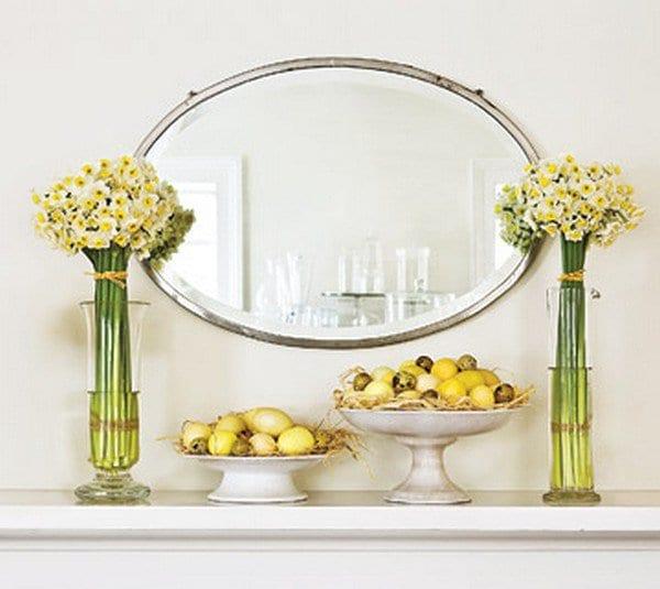 sideboard weiß dekorieren mit narzissen und gelben ostereiern
