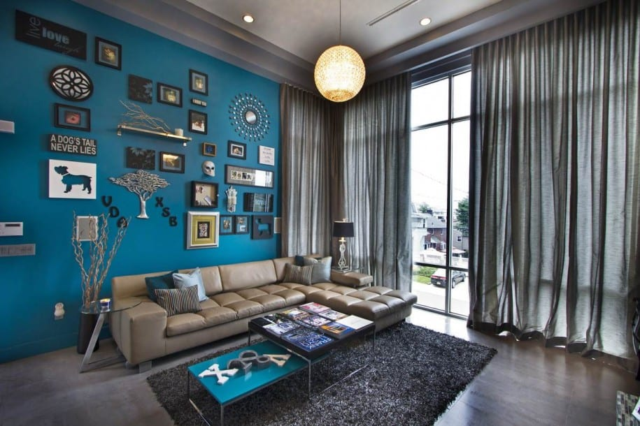 luxus wohnzimmer mit blauer wand und gardinen grau-laminatboden und decke garu-ledersofa beige und couchtisch blau-bilderrahmen dekorieren