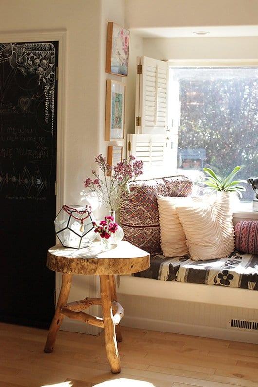 einrichtungsideen wohnzimmer mit schicker sitzecke am fenster und nebentisch aus holz