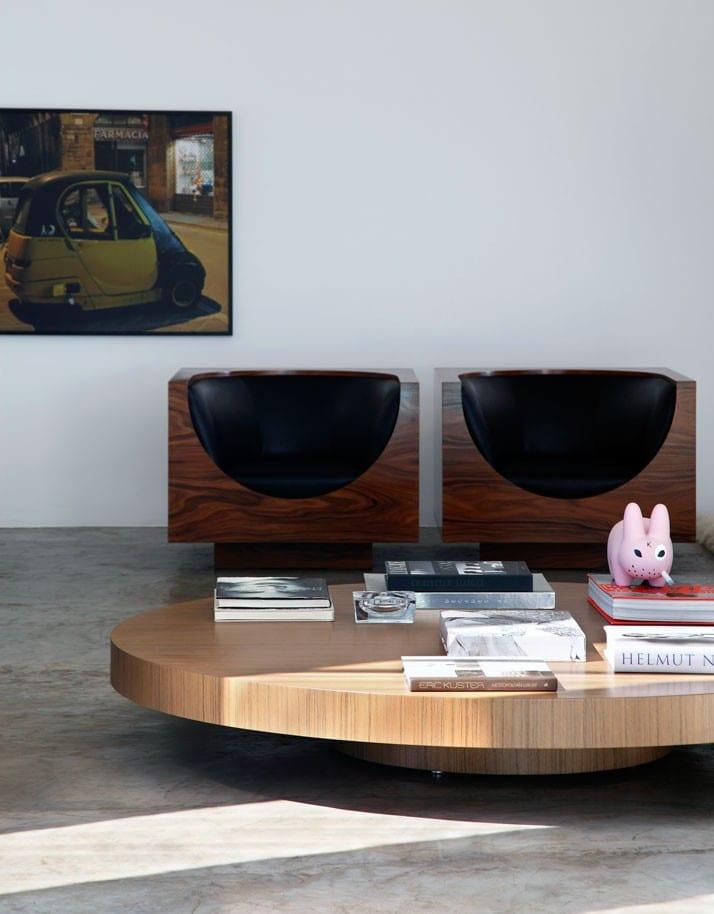 wohnzimmer design mit betonboden und couchtisch holz