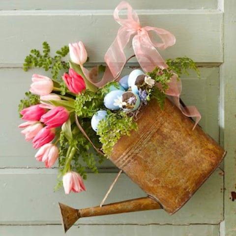 weiße holztür deko idee mit gießkanne und tulpen