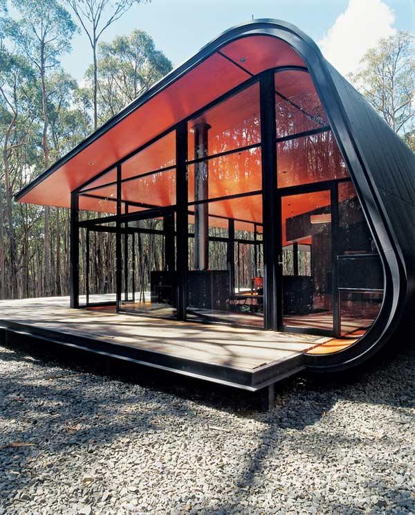 modernes haus mit glasfassade und rote innenverkleideung der wände und decke
