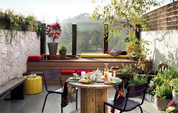 Moderne Terrasse Mit Steinmauer Und Pflanzen