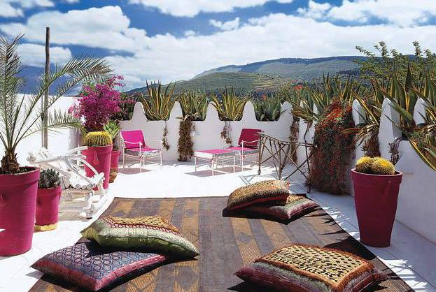 Dachterrasse Als Mediterrane Terrasse Gestalten In Weiß Mit Teppich Und  Rosafarbigen Blumentöpfen