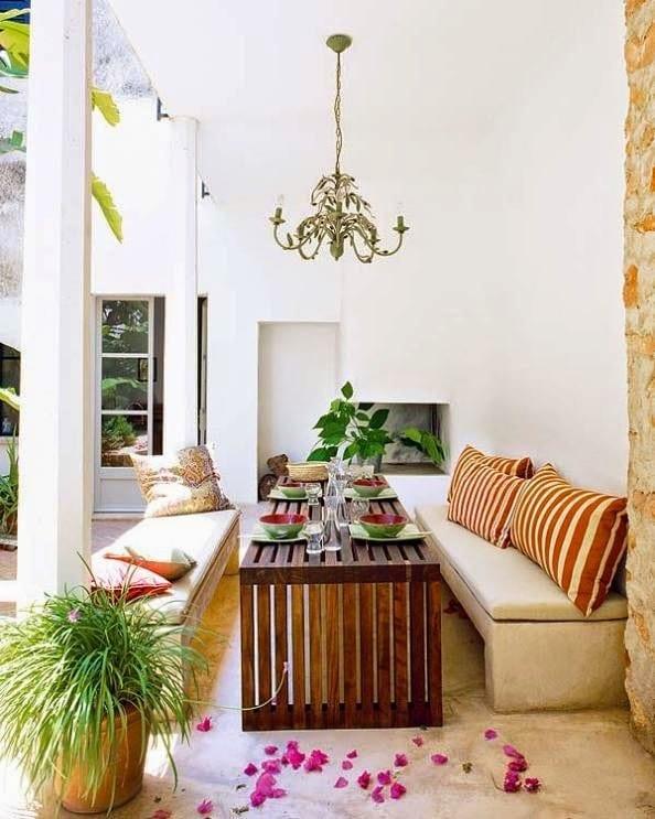 moderne terrasse mit kamin kronenleichte und gartenbönke aus stein