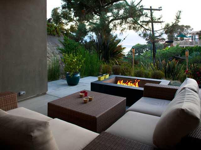 terrassengarten idee mit terrassenmöbel rattan und außenkamin