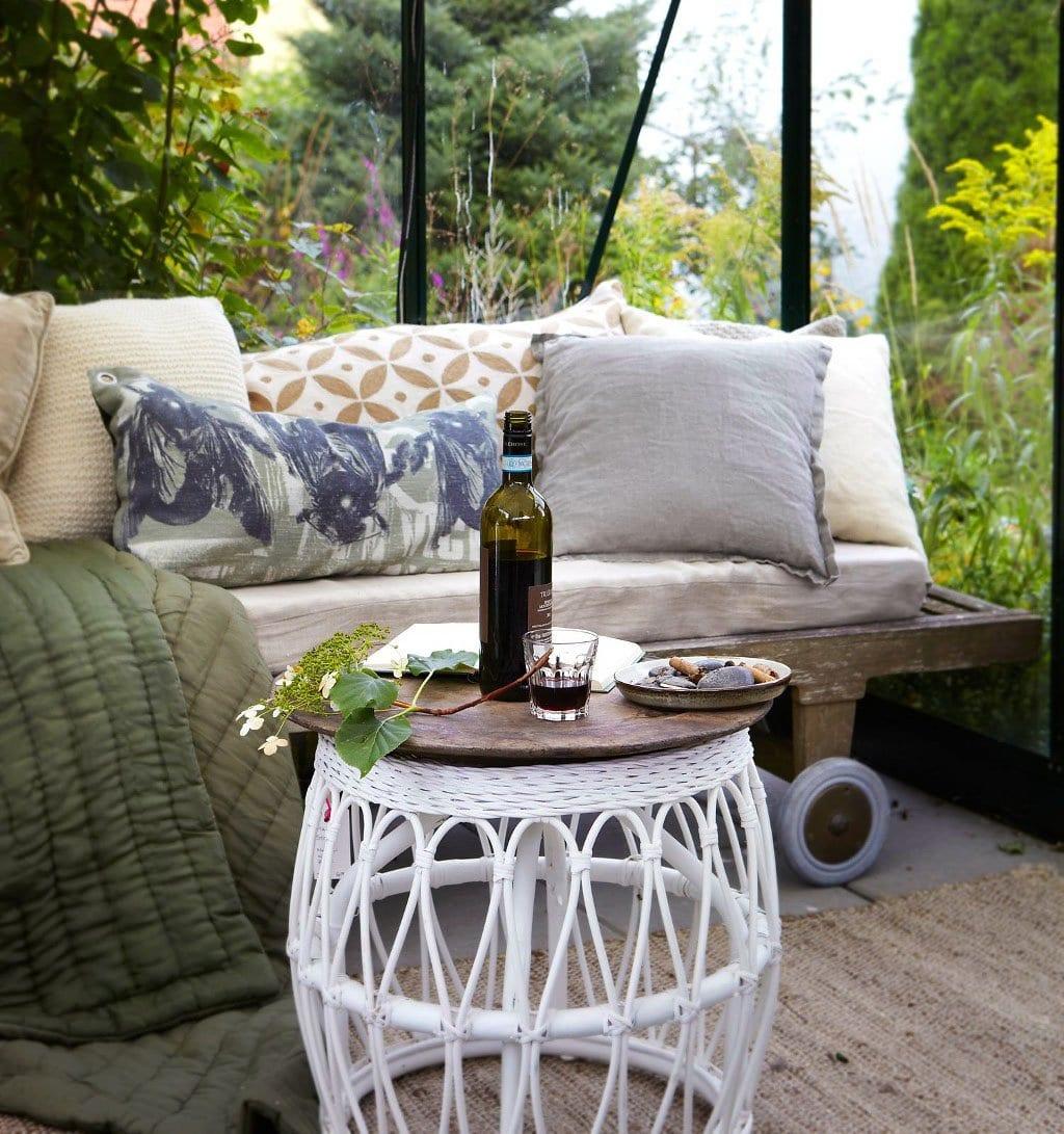 moderne terrasse dekorieren mit holzliege und couchtisch holz