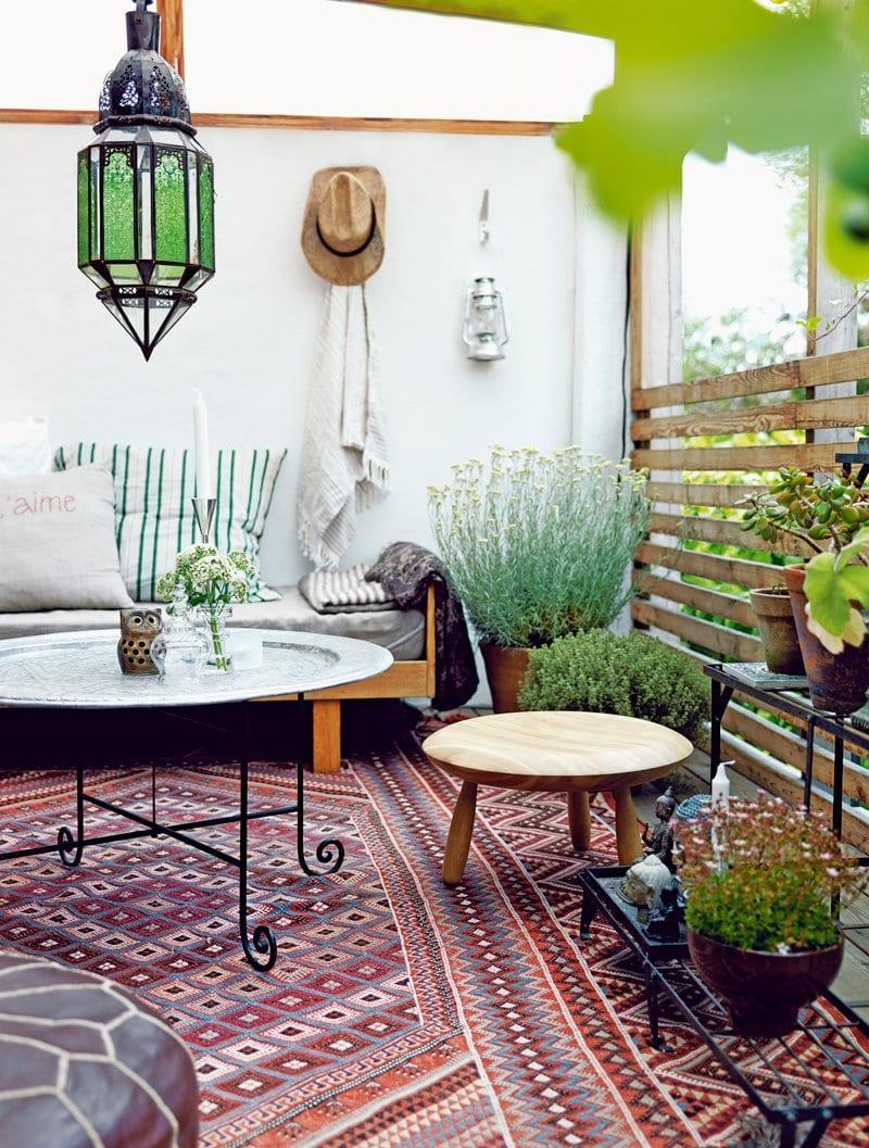 moderne terrasse mit teppich und sichtschutz aus holzbrettern