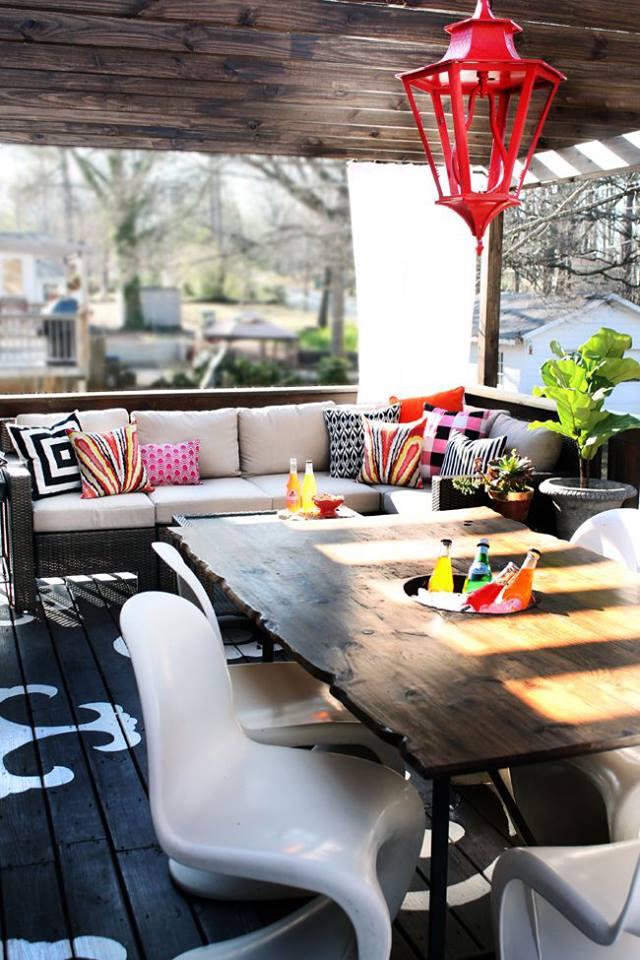 moderne holzterrasse mit beschattung und Esstisch holz und weiße esstischstühlen