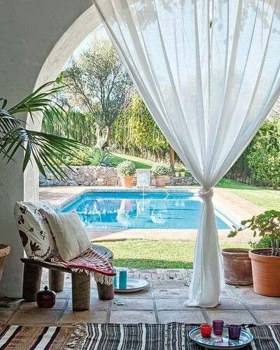 garten idee mit pool und überdachte terrasse mit gardienen gestalten