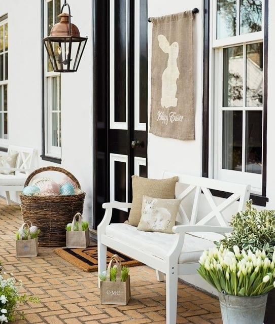 vorgarten dekorieren mit holzbank und weißen tulpen zu ostern_außentür schwarz weiß_fensterrahmen streichen schwarz