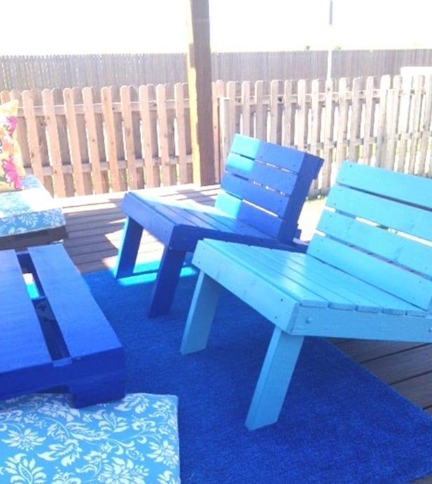 terrassengestaltung in blau mit möbeln aus paletten