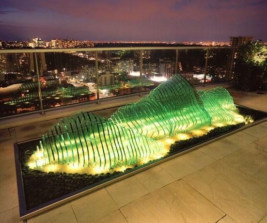 moderne und schicke terrassengestaltung idee mit glasskulptur aus grünem flachglas