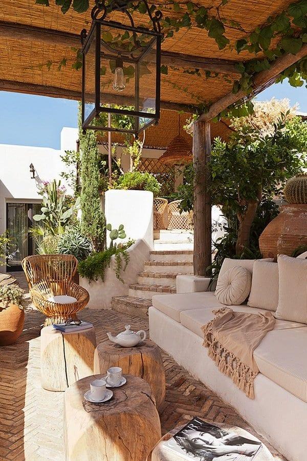 terrassenüberdachungen aus stroh und laterne als pendellampe