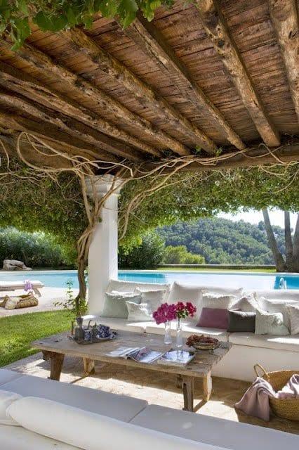 garten terrasse mit terrassendach holz und weiße gartensofas