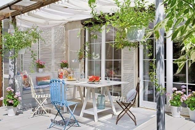 idee für beschattung terrasse mit weißem sonensegel und holzkonstruktion