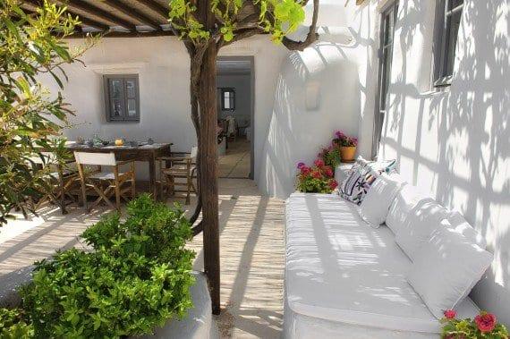 terrassengarten mit weißer sitzecke und esstisch holz