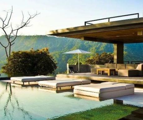 moderne terrasse mit terrassenüberdachung beton und gartenliegen mit weißen doppelmatratzen