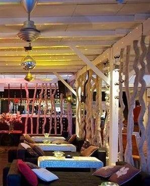 terrassendach holz in weiß mit terrassenmöbel gastronomie