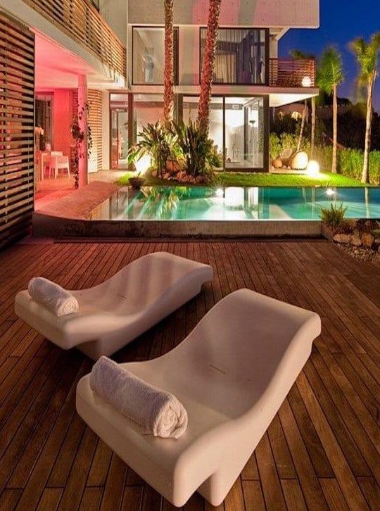 modernes haus mit wpc terrasse und modernen weißen liegen