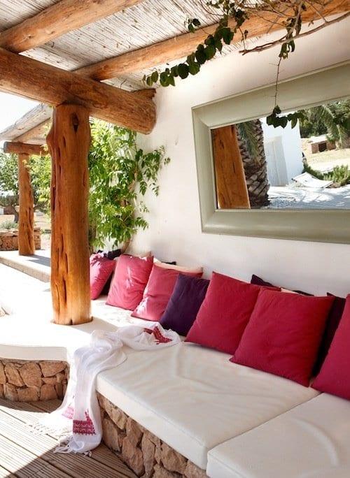 moderne terrasse gestalten mit weißen sitzkissen und wandgestaltung mit wandspiegel