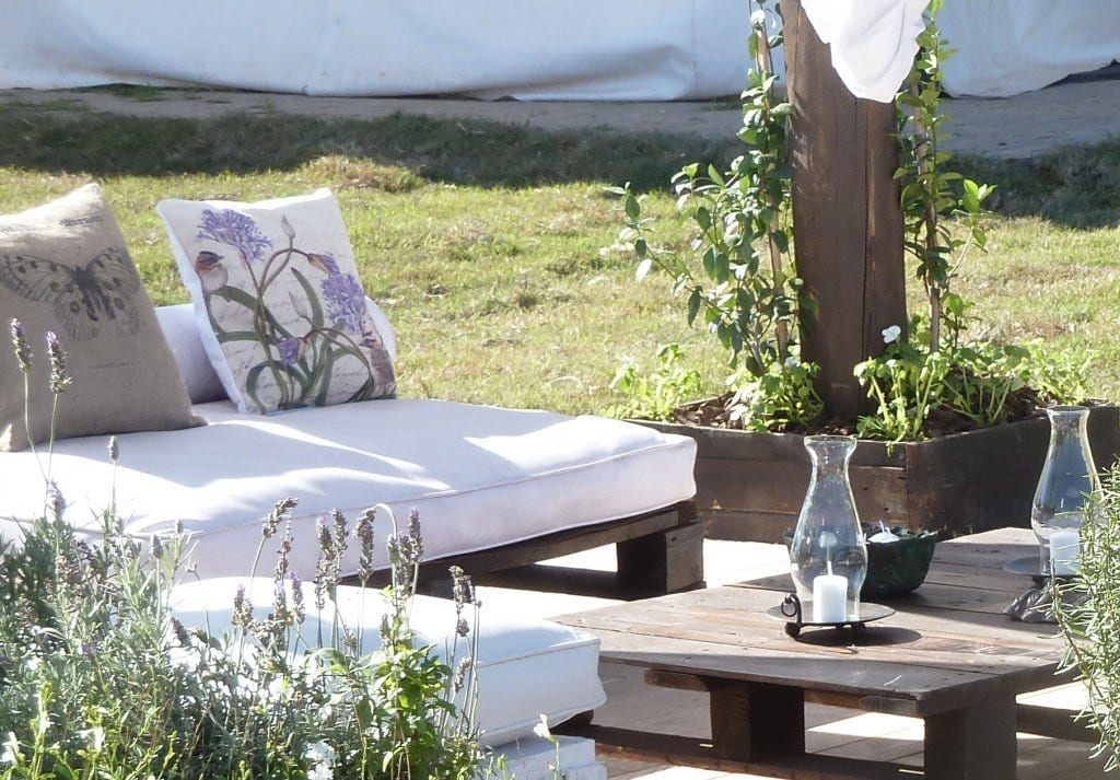Gartenmöbel aus paletten mit weißen sitzkissen
