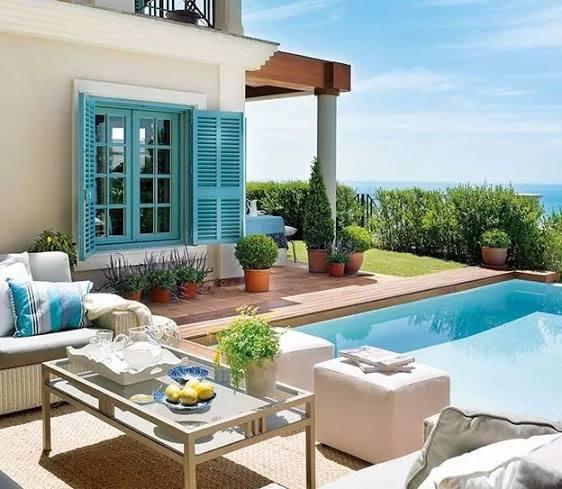 terrasse gestalten im garten mit pool und blauem fenster