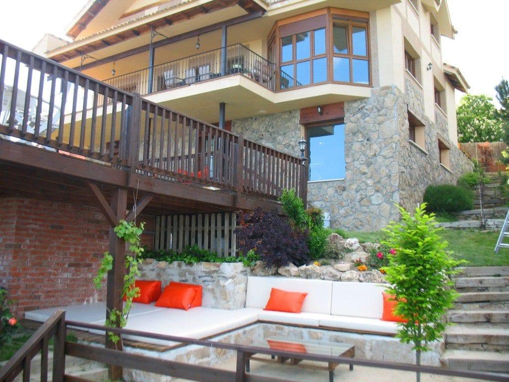terrassierter garten mit terrasse aus naturstein und ausgemauerten sitzecken mit matten