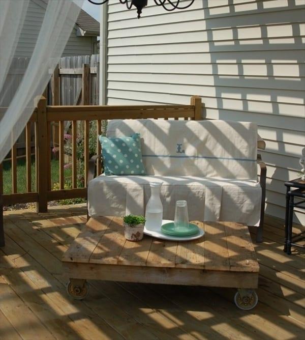 moderne möbel aus paletten für schicke terrassengestaltung mit rollentisch