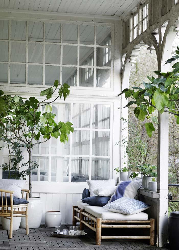 holzterrasse weiß mit gartenmöbel aus bambus und weißen blumentöpfen