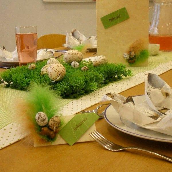 tischläufer grün dekoriert mit kunstrasen und ostereiern